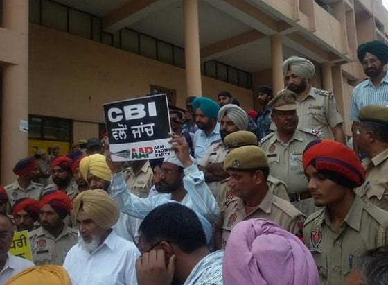 AAP activists led by state convener Sucha Singh Chhotepur protest in Ludhiana