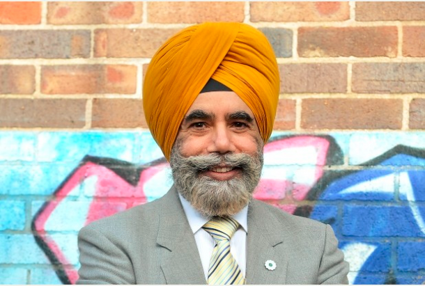 UK: Stoke-on-Trent City Councillor praises firefighters for providing Sikh community with fire safety advice