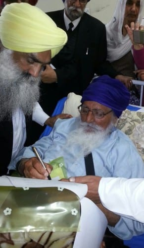 Bapu Surat Singh Khalsa signing the letter addressed to Prime Minister at Civil Hospital, Ludhiana
