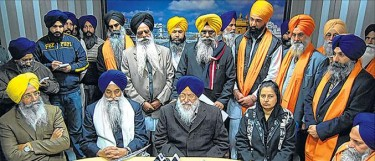 Malbourne (Australia) based Sikhs, Jathedar Giani Gurbachan Singh and office bearers of SGPC talking to mediapersons in a press conference