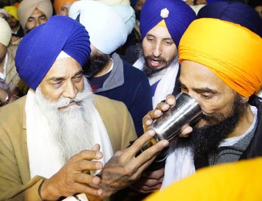 Gurbaksh Singh Khalsa breaking his fast with appointed Jathedar Giani Gurbaksh Singh in December