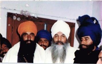 Sant Jarnail Singh Bhindranwale (left), Yogi Bhajan (center) and Baba Nihal Singh (right), a nihung of the Tarna Dal. The picture was taken in Guru Nanak Niwas, in Baba Nam Singh Khalsa's room.