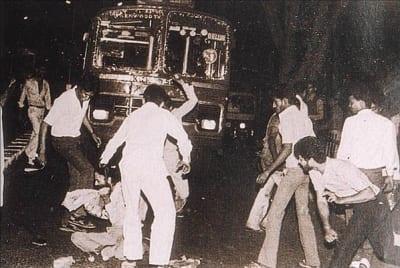 A gang of Hindus attacks a lone Sikh man